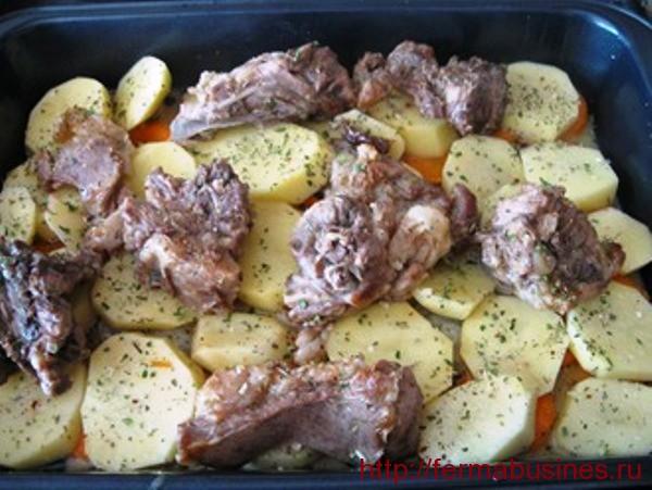 Сверху ложем картошечку и поджаренное мясо