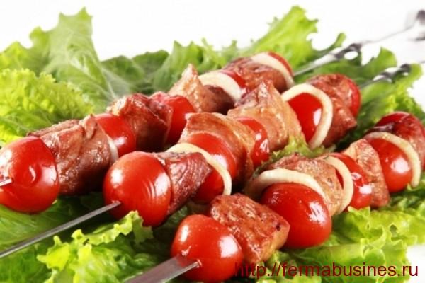 Мясо чередуется с луком и помидорами
