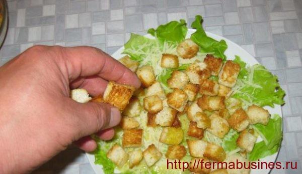 Добавляем кусочки обжаренного хлебушка
