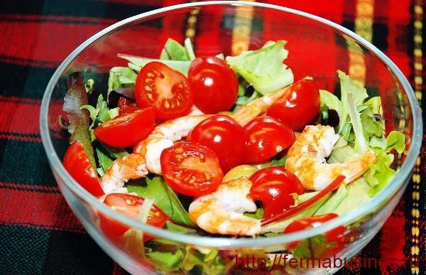 Салат с креветками и помидорами