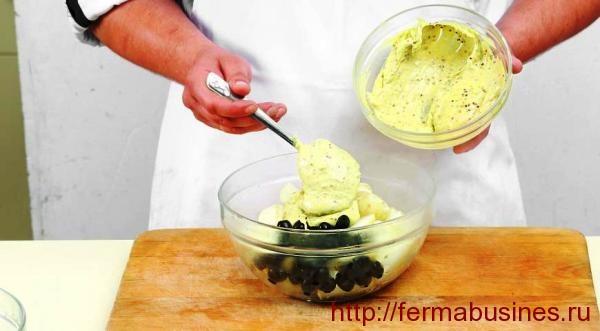 Добавляем заправку и маслины