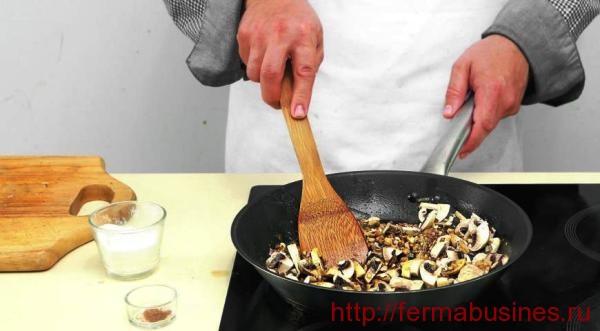 Обжариваем лучок с грибочками