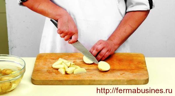 Режем чищеный картофель