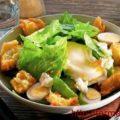 Салат с яйцами цесарки и гренками
